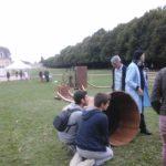 Les visiteurs écoutant les sons extraits par la machine à forer