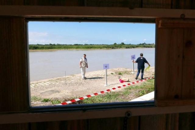Alberto Sémafore et Arnaud Dautricourt installent les jalons du périmètre de sécurité