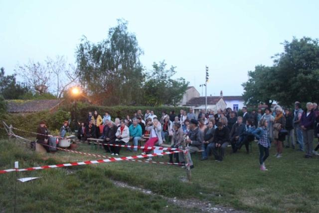 Les visiteurs attendent de découvrir le chantier de fouilles archéologiques sonores