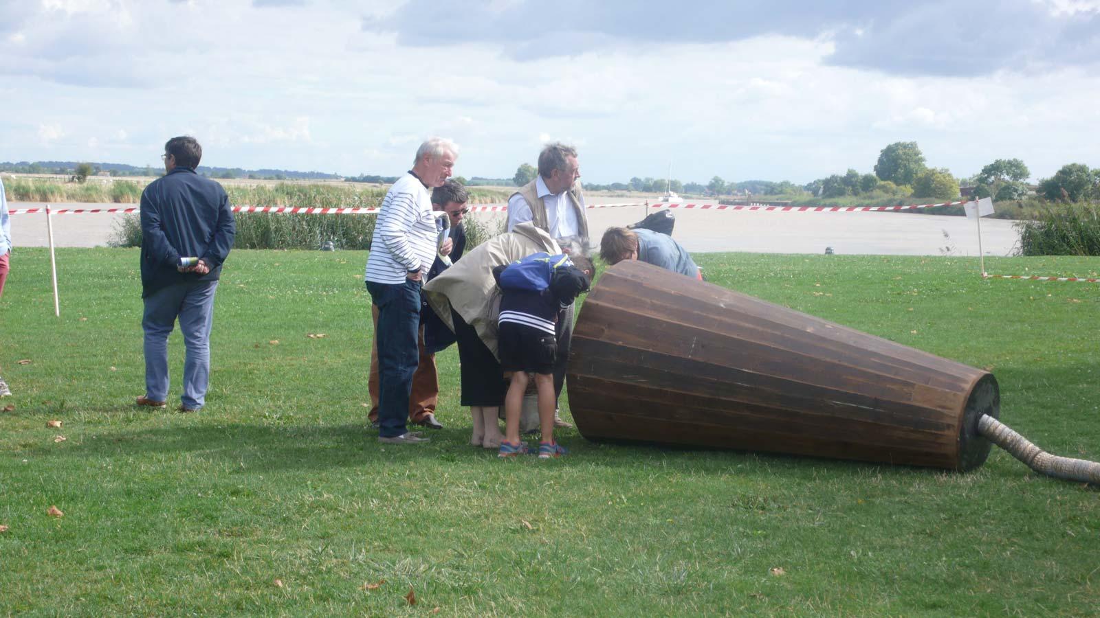 Les visiteurs sont invités à écouter les sons extraits du sol - Rochefort - Charente-Maritime